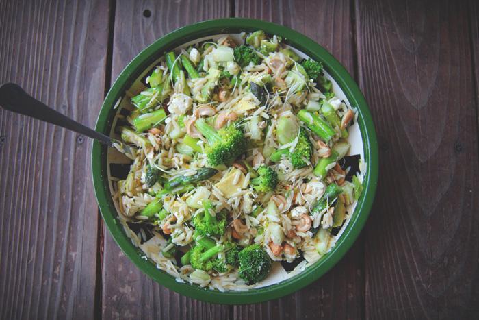 zielona sałatka z makaronem orzo przepis